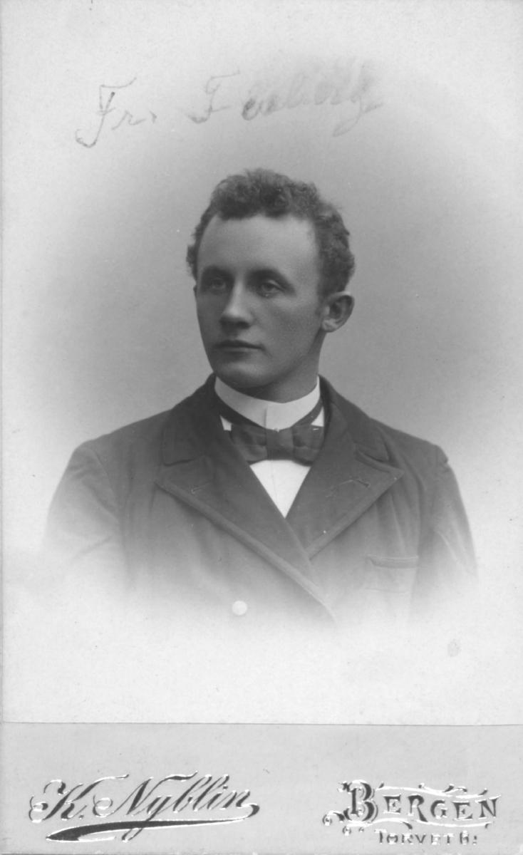 Portrett av Fredrik Forberg, som først etablerte seg som fiskekjøper på Kvitnes i Berlevåg. Seinere ble han lærer og internatskolebestyrer ved Fjordtun skole i Rypefjord. Gift med Ida Kristiane, f. Michaelsen