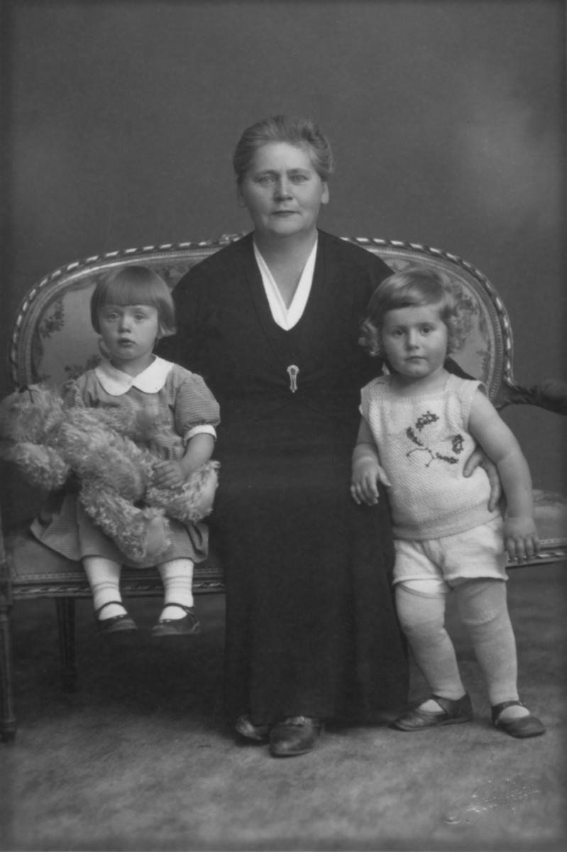 Ida Forberg sammen med to barnebarn