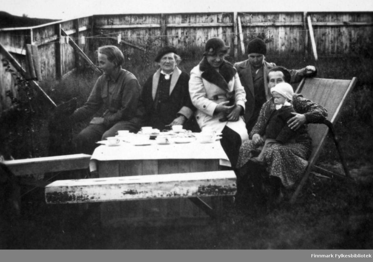 Utendørs kaffepause i leveggen, sommeren 1935. Aino Gunnaris søstre fra Helsingfors er på besøk i Bugøyfjord.