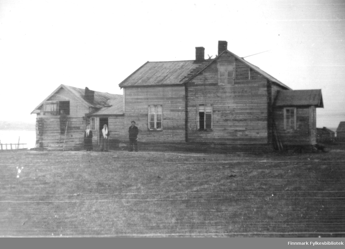 To kvinner og en mann utenfor huset av Idor Niska i Nyhamn. Bildet er tatt før krigen.