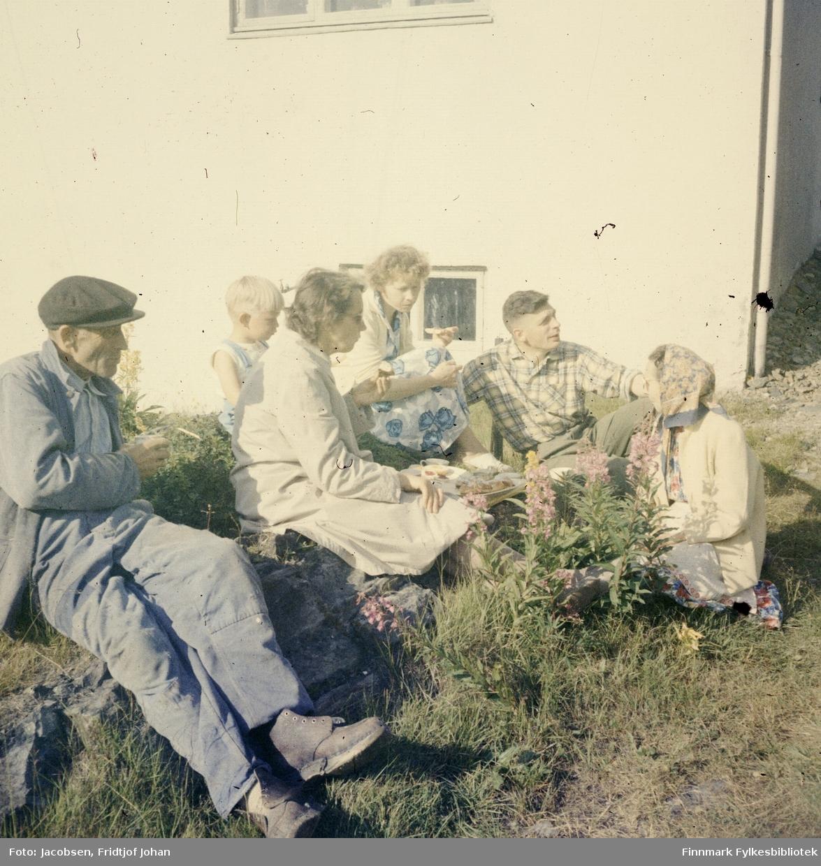 Seks personer samlet utenfor familien Nakkens hus i Rypefjord. De er fra venstre: Arne Nakken(far), ukjent gutt, Aase Randi Jacobsen(datter f. Nakken), Henriette Nakken(svigerdatter med kallenavn Dokka), Øystein Nakken(sønn), og Sigrid Nakken(mor).