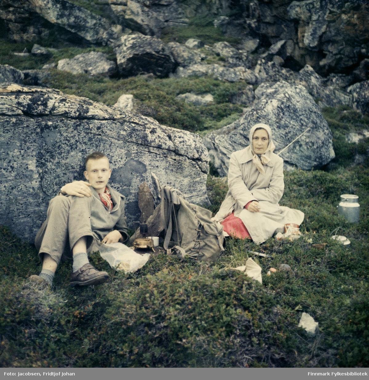Mor Aase Randi og sønnen Arne på en bærtur. Stedet er ukjent.