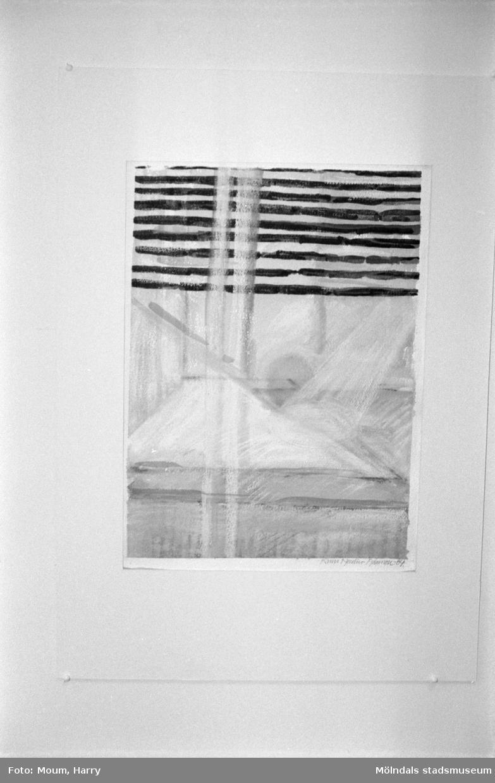 Samlingsutställning på Kållereds bibliotek, år 1985. Textiltryck.  För mer information om bilden se under tilläggsinformation.