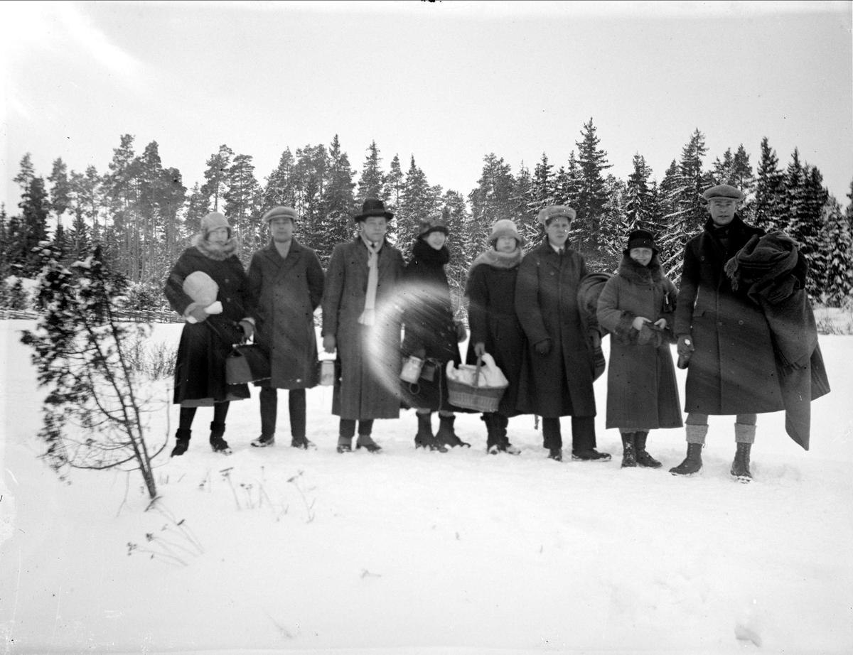 Makarna Krantz med vänner vid Lillsunda, Uppsala-Näs socken, Uppland 1930-tal