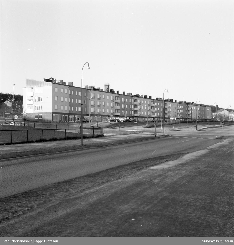 """Kvarteret Tegen i Nacksta med byggnaden som brukar kallas """"Långholmen""""."""