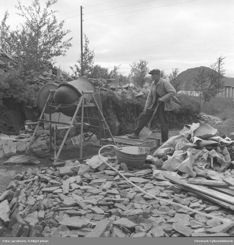 Arne Nakken blander sement til sivgersønnen Fridtjof Jacobsens hytte.