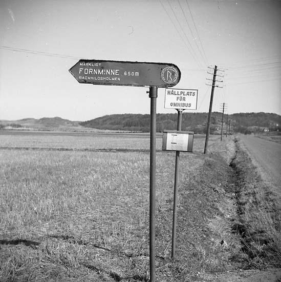 Vägskylt mot Ragnhildsholmen, märkligt fornminne 650 m. Ytterby socken.