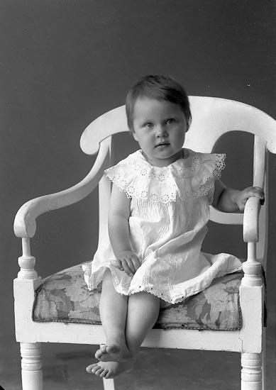 """Enligt fotografens journal nr 2 1909-1915: """"Stenström, Fru Hulda, Hallerna, Här""""."""
