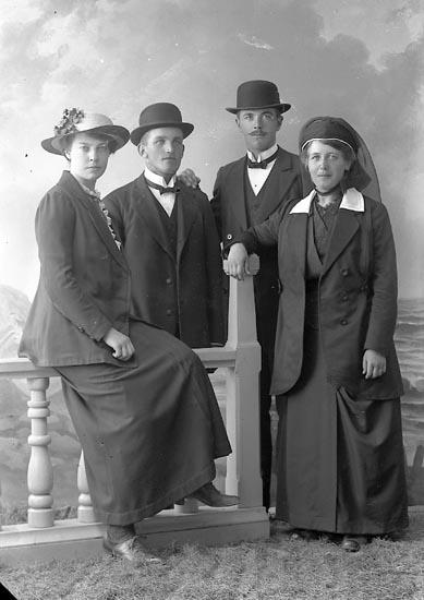 """Enligt fotografens journal nr 2 1909-1915: """"Bengtsson, A. Norrmannebo, Romelanda""""."""