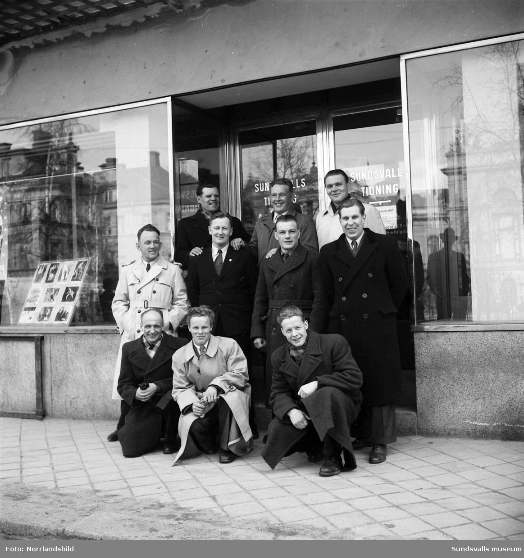 Finländska brottare utanför Sundsvalls Tidning vid Trädgårdsgatan.
