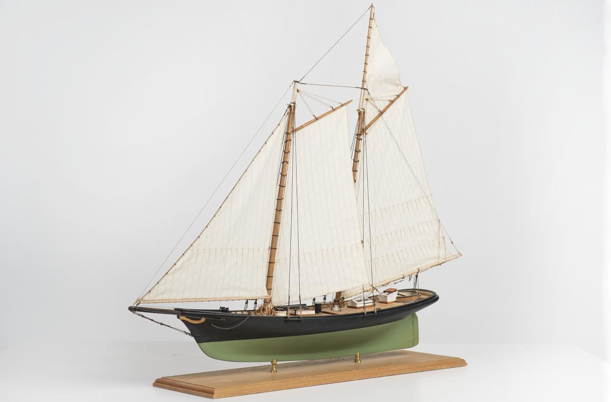 Modellen har 4 segel sydda av Pihl. Ankare, spel, capstan och block inköpta. Livbåt på SB gångbord.