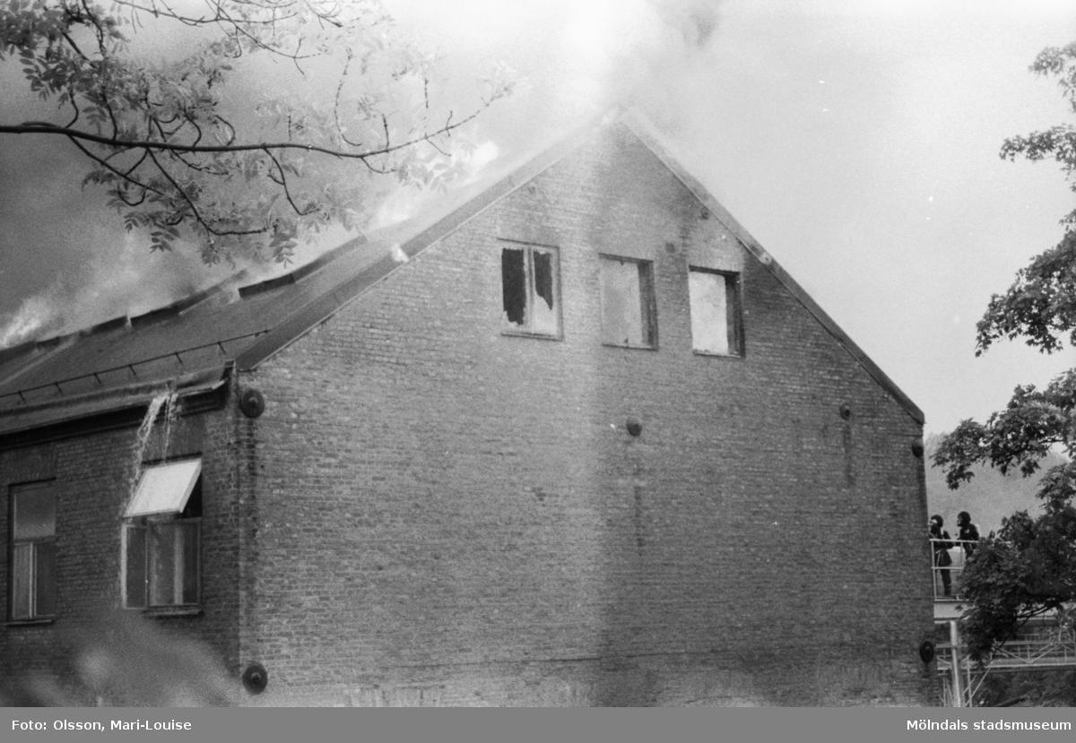 Soab-branden i Stora Götafors den 4 juni 1986. Brandmän som bekämpar branden via taket.