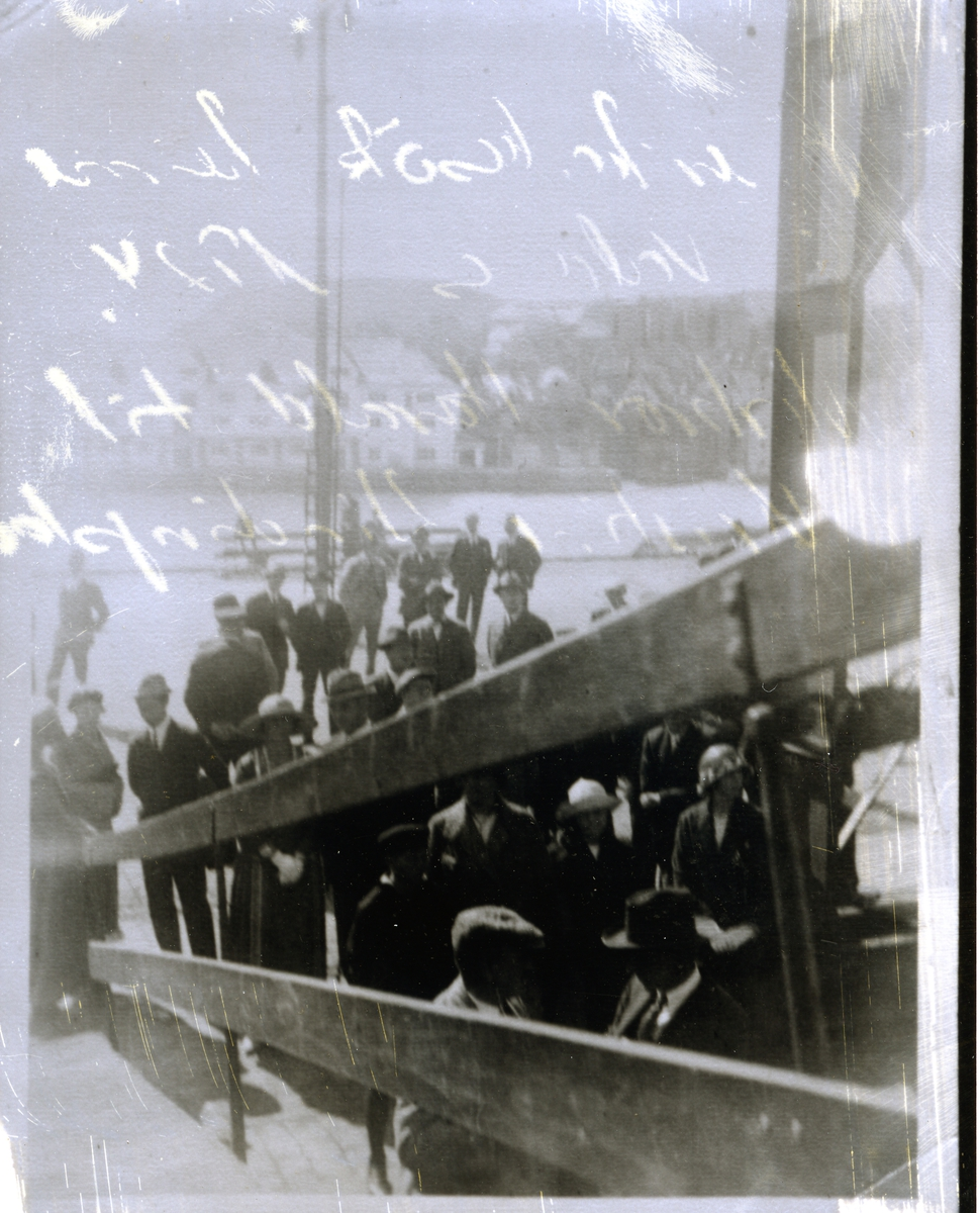 Menneskemengde på båtkai