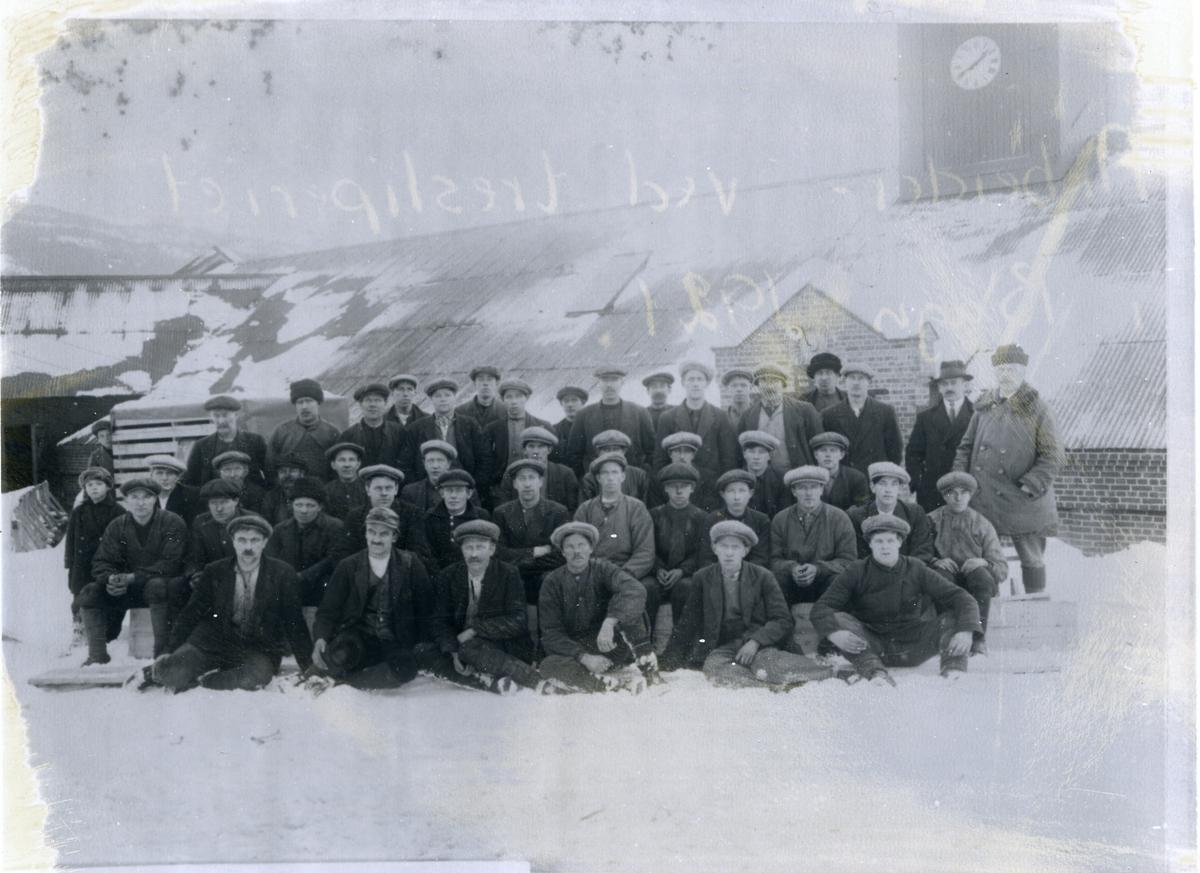Arbeidarar oppstil framfor tresliperiet i Bagn