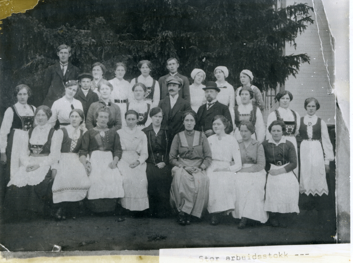 Gruppebilde av stor arbeidsstokk ved en serveringsbedrift i Valdres.