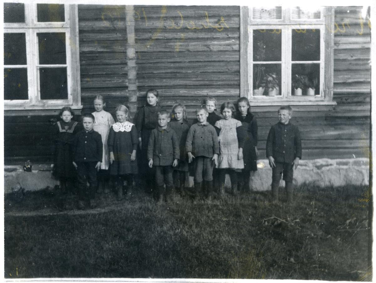 Elever utenfor Strømmen skole i Begnadalen i 1912