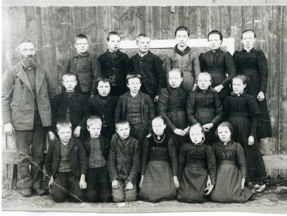 Gruppebilde av elever ved Skrautvål skole i Valdres, like før 1900