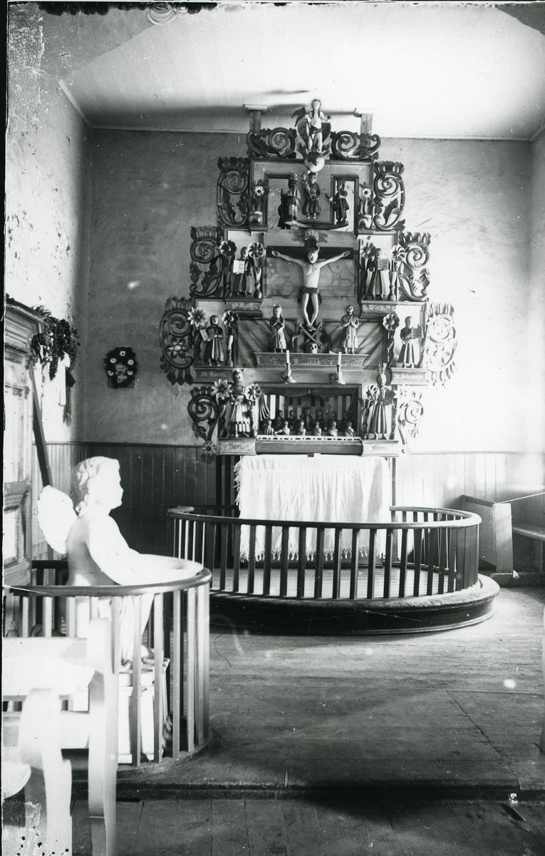 Altertavle og døpefont i Ulneskyrkja. ved 1900.
