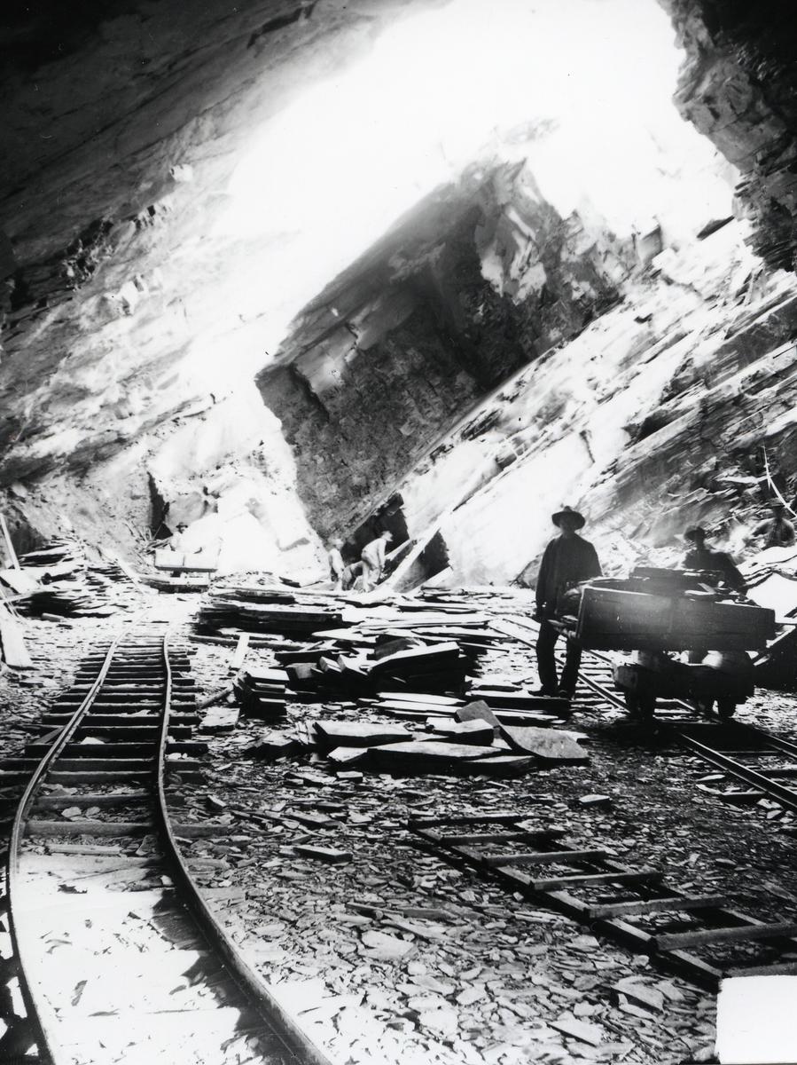 Fra inngangen til ei av gruvene i Valdres Skiferbrud.