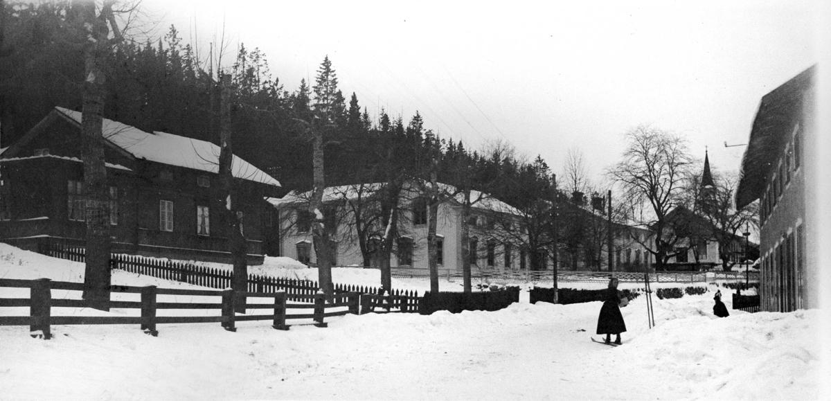 Parti av Svartvik. Från vänster ses bostadshus (Amanda och Helmer Edlund), brukskontoret, prästgården samt kyrkan längst bort efter gatan. Till höger skymtar handelsboden.