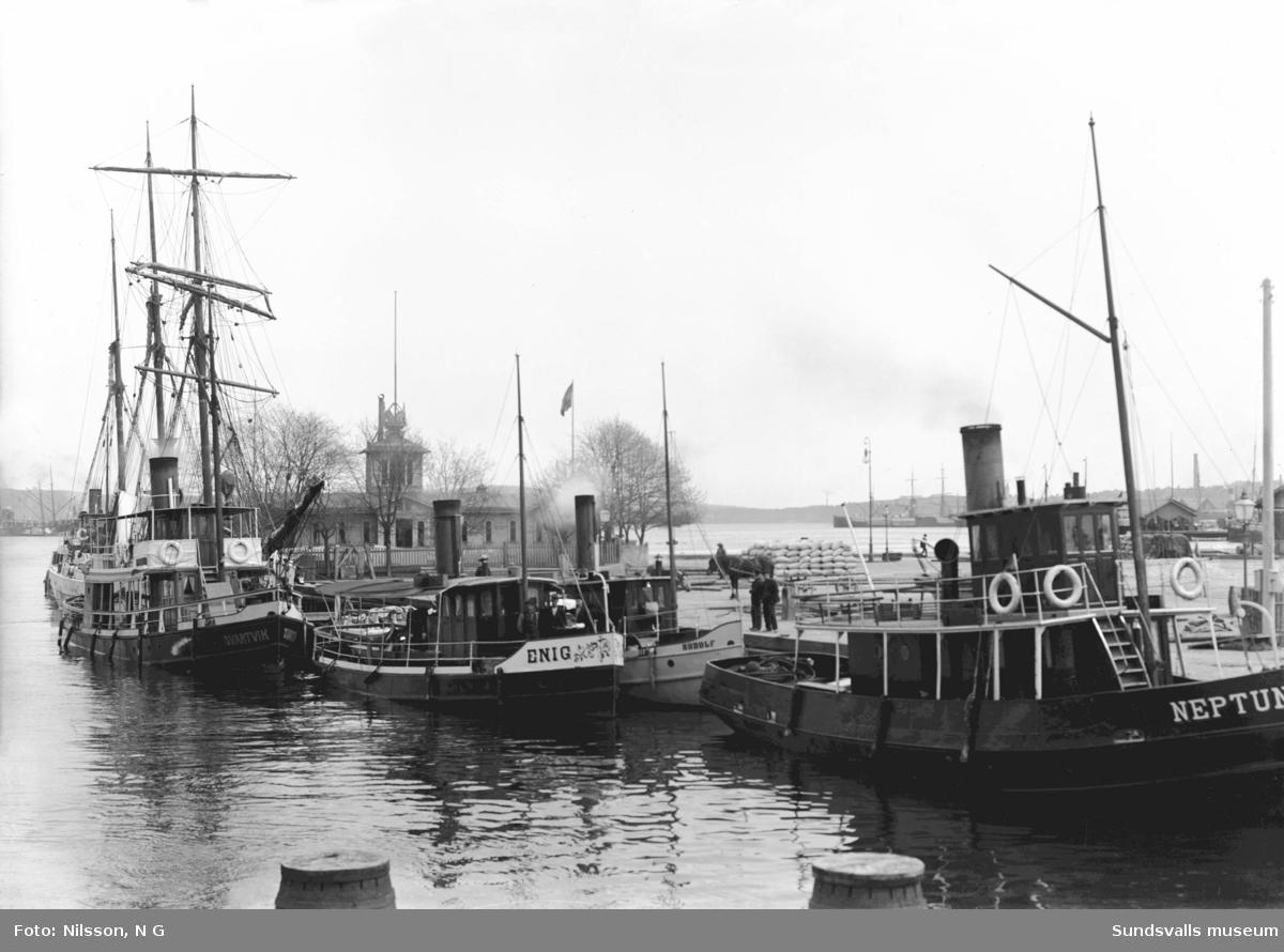 Kallbadhuset i hamnen med båtarna Svartvik, Enig, Rudolf samt Neptun vid kajen. Kallbadhuset uppfördes 1878 och lades ned 1910. Platsen ansågs olämplig p g a de orenheter som fanns i vattnet bl a det orenade kloakvattnet som släpptes ut i Selångersån.