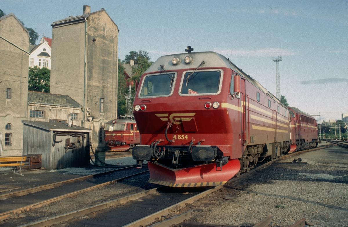 """Lokomotivene fra nattoget Bodø - Trondheim på Marienborg. Fylling av drivstoff. Di 4 og Di 3 koplet i fellesstyring ble gjerne benevnt """"Di 7"""""""