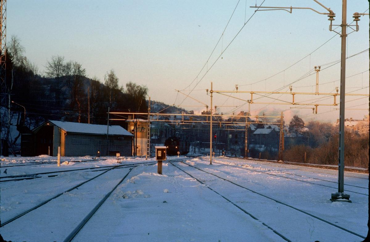 Marienborg stasjon, nordre ende. Vi ser stillverket der togekspeditøren holdt til, og skuret for redskapstoget. Noen dvergsignaler er satt opp, forberedende arbeid til nytt stillverk. Da det nye stillverket ble tatt i bruk ble Marienborg en del av Trondheim stasjon.