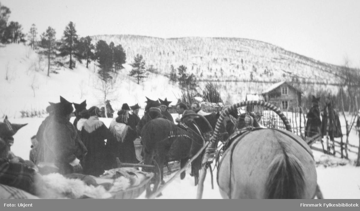 Fra kronprins Olav og kronprinsesse Märthas påtur over Finnmarksvidda  påsken 1934. Bildet er fra Karasjok. Fotograf: ukjent.
