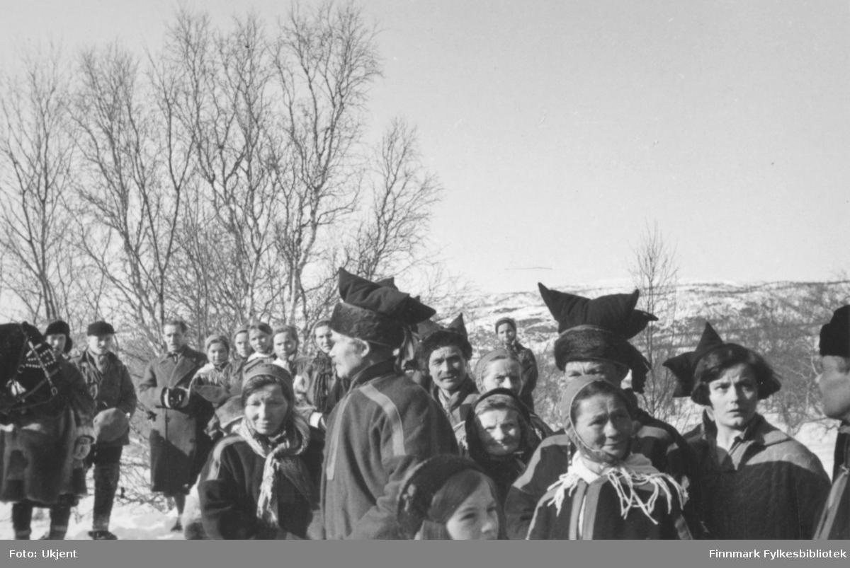 Fra Karasjok i forbindelse med kronprinsparets tur over Finnmarksvidda i påsken 1934. Overalt møtte mye folk frem for å møte kronprins Olav og kronprinsesse Märtha.