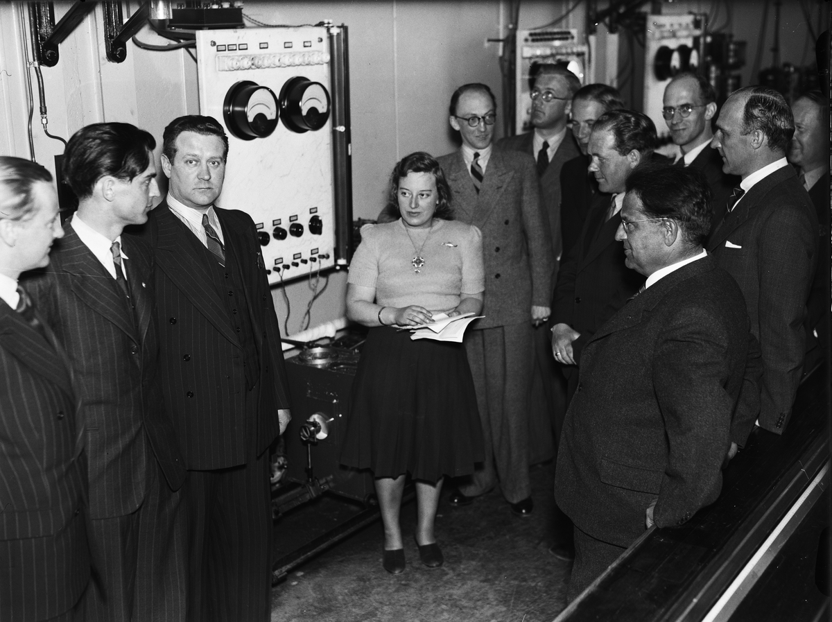 Ingrid Svedberg visar centrifugrummet, Fysikalisk-kemiska institutionen vid Uppsala universitet
