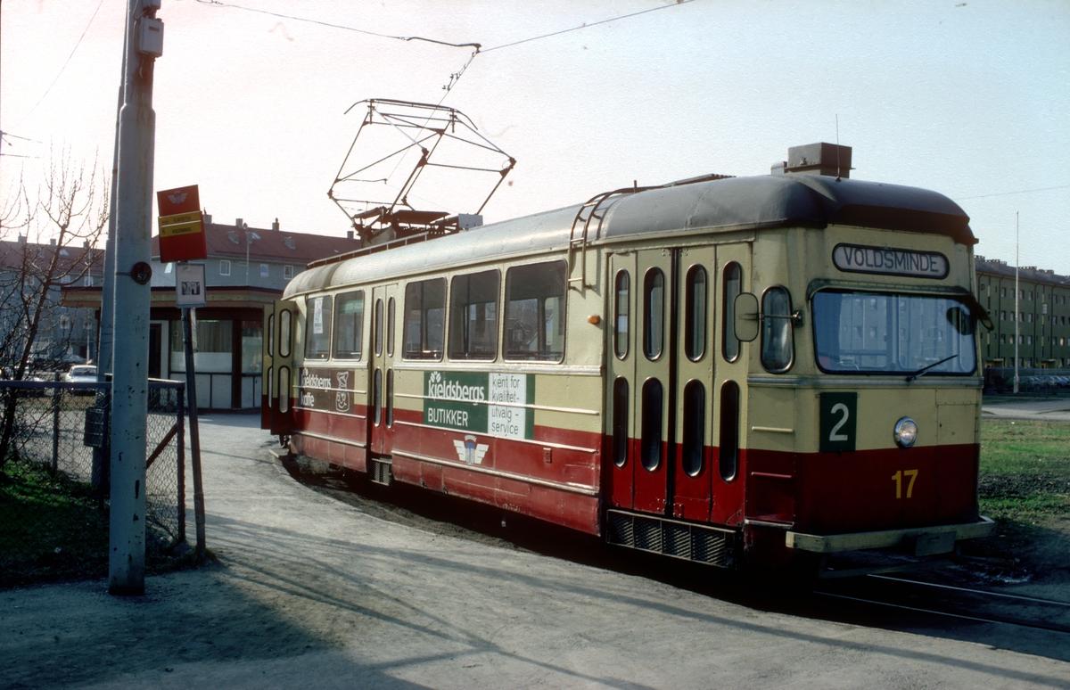 Trondheim sporveier sporvogn, trikk, motorvogn 17 klar til avgang fra Elgeseter mot Voldsminde.