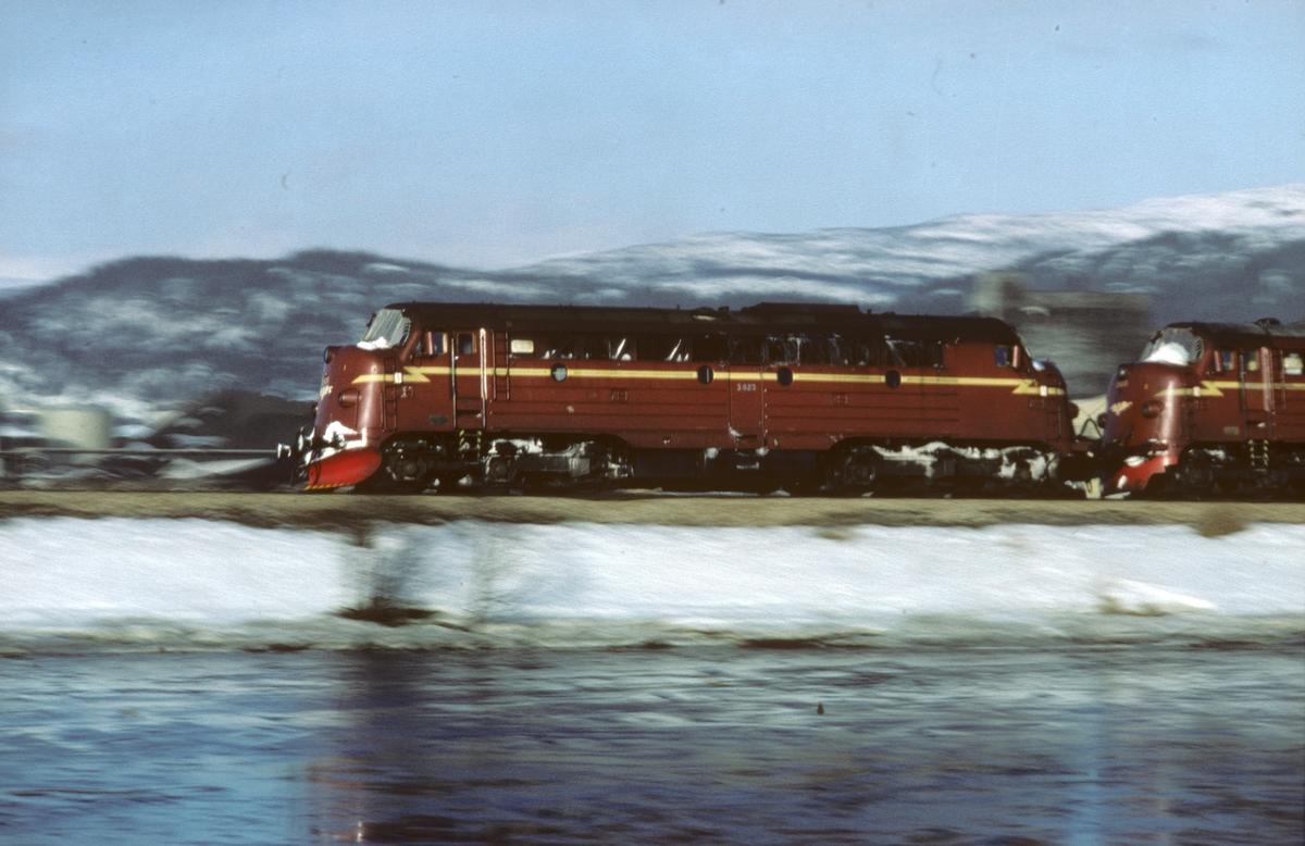 Fartsbilde av lokomotivet i tog 452 Bodø -  Trondheim på vei inn til Mo i Rana.