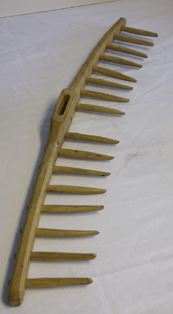 A: Dette rivehodet er handlaget av tre og har ingen farge. Det er laget ferdig og mangler kun skaftet. Det består av et hode, med hull på midten til skaftet og 8 isatte tenner på hver side. 16 tilsammen. L. hode: 61, breieste punkt 4, L: tenner: 9,5 cm. B: Handlaget av tre og ingen farge. Dette rivehodet er ikke skåret ferdig, men har fått hull på midten til skaft og hullene til tennene er nesten laget ferdig. 6 stykker på hver side - 12 tilsammen. l: 69,5, b: punkt 5 C: Handlaget av tre og ingen farge. Dette emnet til et rivehode er ikke skåret ferdig, man har bare såvidt begynt å lage selve rivehodeformen. L: 63, b.punkt: 5,7.