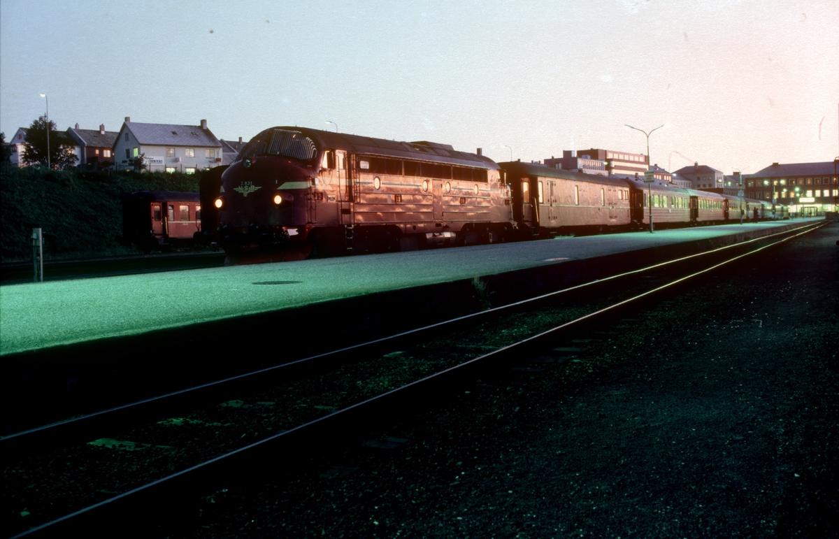 NSB nattog 456 står klar til avgang fra Bodø med to dieselelektriske lokomotiver type Di 3.