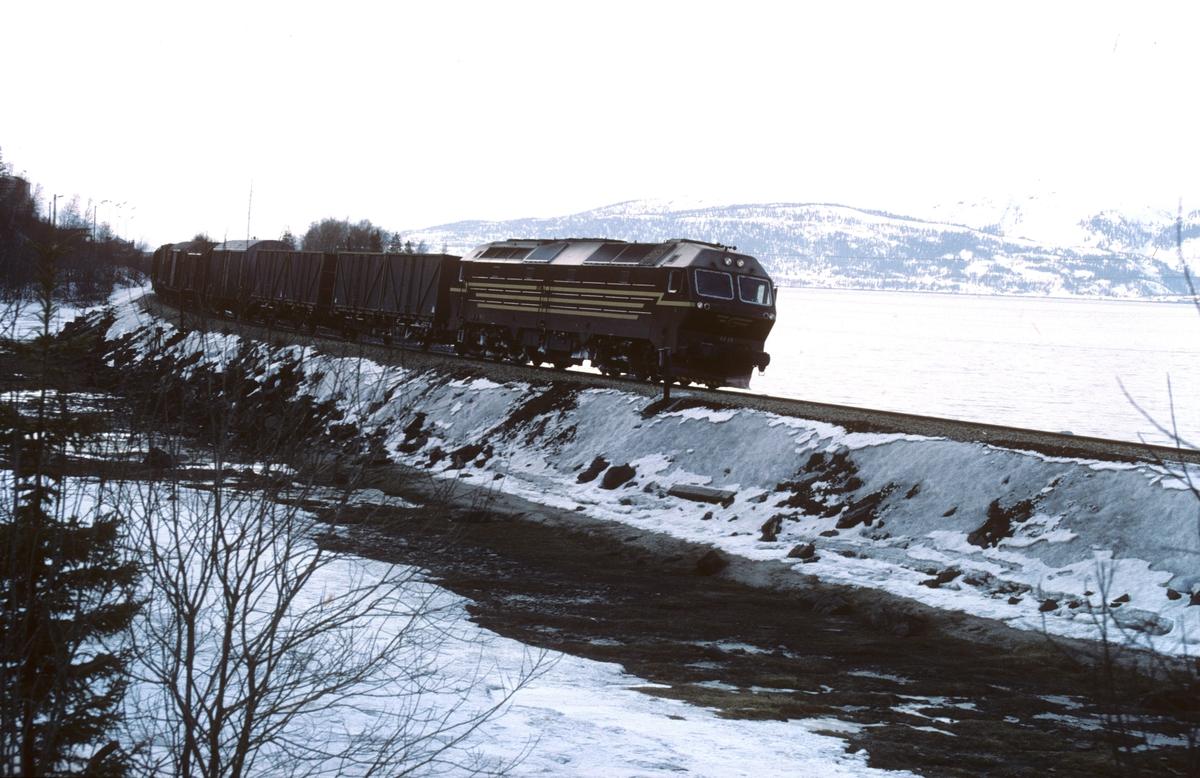 Godstog 5791 Alnabru - Bodø kjører ut fra Mo i Rana med dieselelektrisk lokomotiv Di 4 654. Dette var før det ble fylt ut masse og bygd godsterminal her.
