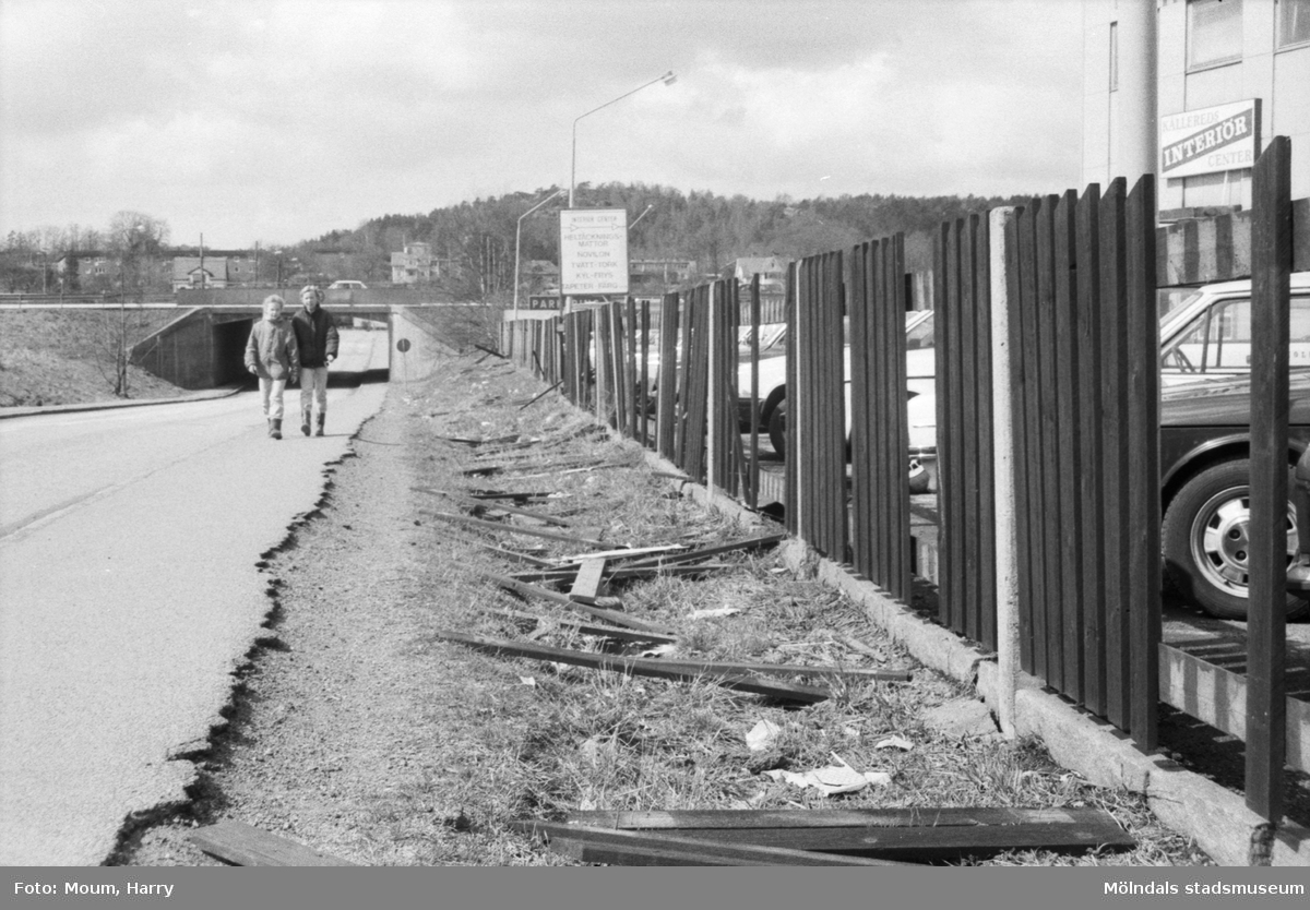 """Vandalisering i Kållered, år 1985. """"Tyvärr en alltför vanlig bild i Kållered efter vandaldåd. Bilden är från Labackavägen i """"Kålleland"""".""""  För mer information om bilden se under tilläggsinformation."""