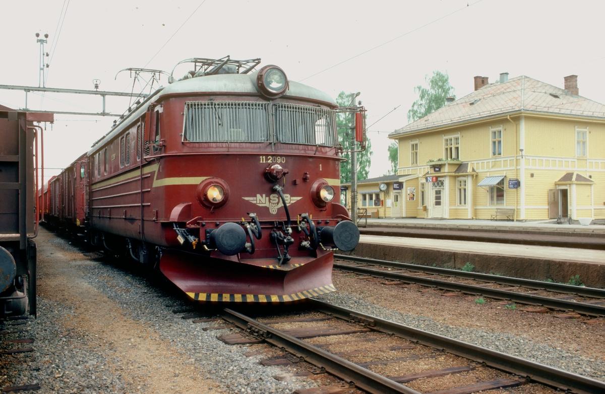 Godstog 5166 (Roa - Grefsen), underveisgodstog på nedre del av Gjøvikbanen, venter på avgang fra Roa med NSB elektrisk lokomotiv El 11 2090.