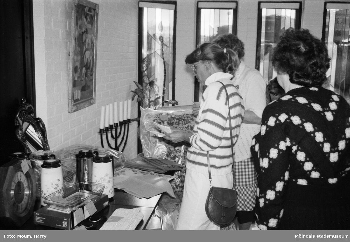 Röda Korsets vårbasar i Församlingscentrum i Lindome, år 1985.  För mer information om bilden se under tilläggsinformation.