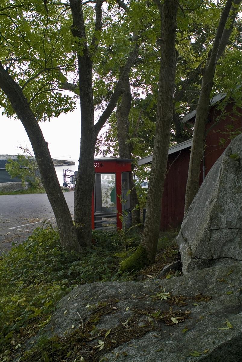 Denne telefonkiosken står ved Verdens Ende på Tjøme, og er en av 100 vernede røde telefonkiosker i Norge.  Telefonkioskene ble laget ved hovedverkstedet til Telenor (Telegrafverket, Televerket) Målene er så å si uforandret.  Vi har dessverre ikke hatt kapasitet til å gjøre grundige mål av hver enkelt kiosk som er vernet.  Blant annet er vekten og høyden på døra endret fra tegningene til hovedverkstedet fra 1933. Målene fra 1933 var: Høyde 2500 mm + sokkel på ca 70 mm Grunnflate 1000x1000 mm. Vekt 850 kg. Mange av oss har minner knyttet til den lille røde bygningen. Historien om telefonkiosken er på mange måter historien om oss.  Derfor ble 100 av de røde telefonkioskene rundt om i landet vernet i 1997. Dette er en av dem.