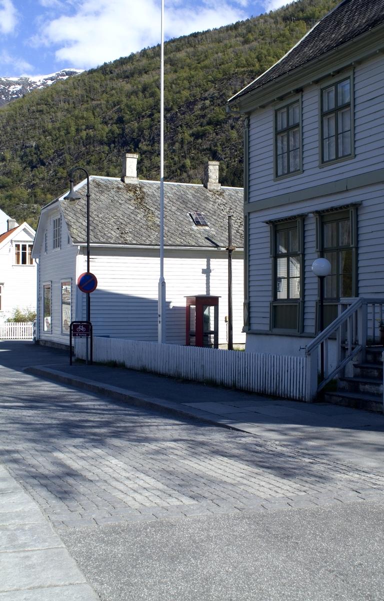 Denne telefonkiosken står ved Gamletelegrafen i Lærdalsøyri, og er en av de 100 vernede kioskene i Norge. De røde telefonkioskene ble laget av hovedverkstedet til Telenor (Telegrafverket, Televerket). Målene er så å si uforandret.  Vi har dessverre ikke hatt kapasitet til å gjøre grundige mål av hver enkelt kiosk som er vernet.  Blant annet er vekten og høyden på døra endret fra tegningene til hovedverkstedet fra 1933. Målene fra 1933 var: Høyde 2500 mm + sokkel på ca 70 mm Grunnflate 1000x1000 mm. Vekt 850 kg. Mange av oss har minner knyttet til den lille røde bygningen. Historien om telefonkiosken er på mange måter historien om oss.  Derfor ble 100 av de røde telefonkioskene rundt om i landet vernet i 1997. Dette er en av dem.
