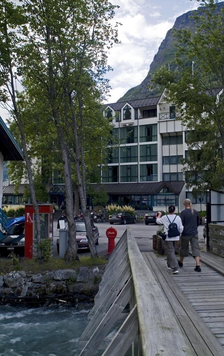 Denne telefonkiosken står utenfor Union Hotell i Geiranger, og er en en av de 100 vernede telefonkioskene i Norge. De røde telefonkioskene ble laget av hovedverkstedet til Telenor (Telegrafverket, Televerket). Målene er så å si uforandret.  Vi har dessverre ikke hatt kapasitet til å gjøre grundige mål av hver enkelt kiosk som er vernet.  Blant annet er vekten og høyden på døra endret fra tegningene til hovedverkstedet fra 1933. Målene fra 1933 var: Høyde 2500 mm + sokkel på ca 70 mm Grunnflate 1000x1000 mm. Vekt 850 kg. Mange av oss har minner knyttet til den lille røde bygningen. Historien om telefonkiosken er på mange måter historien om oss.  Derfor ble 100 av de røde telefonkioskene rundt om i landet vernet i 1997. Dette er en av dem.