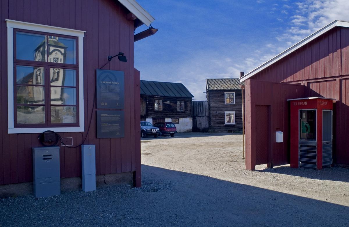 Denne telefonkiosken står på Malmplassen i Røros, og er en av de 100 vernede telefonkioskene i Norge. De røde telefonkioskene ble laget av hovedverkstedet til Telenor (Telegrafverket, Televerket). Målene er så å si uforandret.  Vi har dessverre ikke hatt kapasitet til å gjøre grundige mål av hver enkelt kiosk som er vernet.  Blant annet er vekten og høyden på døra endret fra tegningene til hovedverkstedet fra 1933. Målene fra 1933 var: Høyde 2500 mm + sokkel på ca 70 mm Grunnflate 1000x1000 mm. Vekt 850 kg. Mange av oss har minner knyttet til den lille røde bygningen. Historien om telefonkiosken er på mange måter historien om oss.  Derfor ble 100 av de røde telefonkioskene rundt om i landet vernet i 1997. Dette er en av dem.