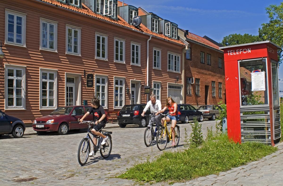 Telefonkiosken står i Gamlebyen i Fredrikstad, og er en av de 100 vernede telefonkioskene i Norge. De røde telefonkioskene ble laget av hovedverkstedet til Telenor (Telegrafverket, Televerket). Målene er så å si uforandret.  Vi har dessverre ikke hatt kapasitet til å gjøre grundige mål av hver enkelt kiosk som er vernet.  Blant annet er vekten og høyden på døra endret fra tegningene til hovedverkstedet fra 1933. Målene fra 1933 var: Høyde 2500 mm + sokkel på ca 70 mm Grunnflate 1000x1000 mm. Vekt 850 kg. Mange av oss har minner knyttet til den lille røde bygningen. Historien om telefonkiosken er på mange måter historien om oss.  Derfor ble 100 av de røde telefonkioskene rundt om i landet vernet i 1997. Dette er en av dem.
