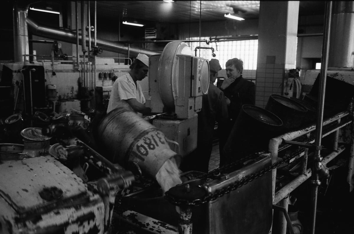 Diligensföraren Roland Mårtensson t h har levererat de 20 krukorna mjölk till mejeriet i Östersund, där de töms. Mjölken kommer från gårdarna runt Mårdsjön.
