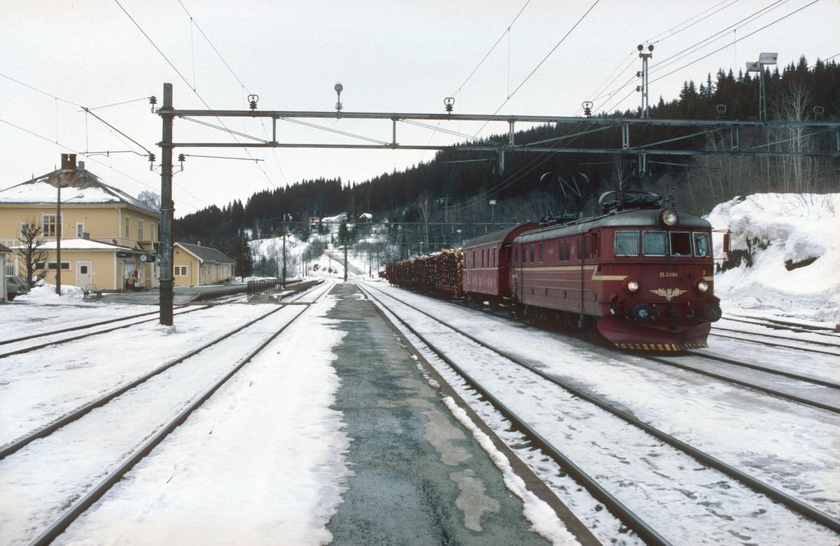 Roa stasjon. Godstog 5175 (Roa - Hønefoss) med NSB elektrisk lokomotiv El 11 2094.