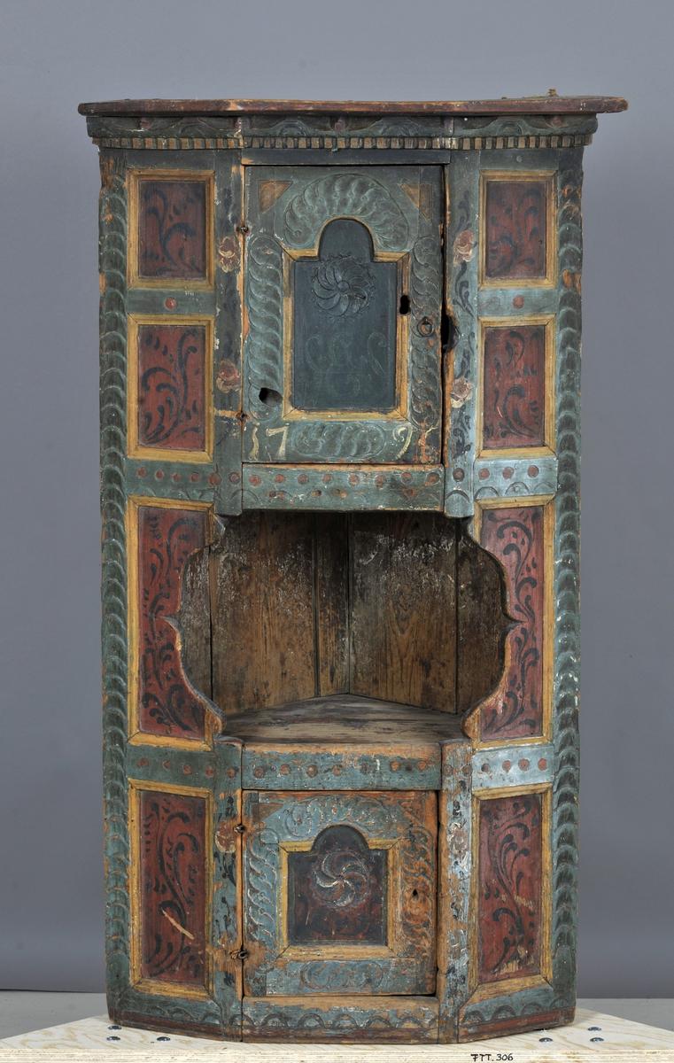 Listene på skapets sider samt listverket på dørene ornert med skårne geometriske renessanseornamenter. I dørenes fylling skåret en rosett. Gesimsen har på undersiden tannsnitt m.m.