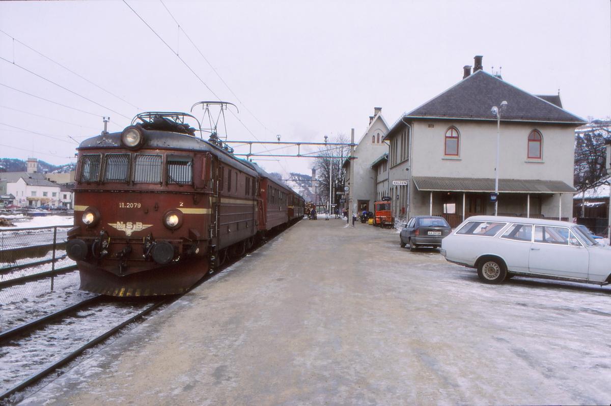 Intercity tog til Oslo S på Halden stasjon. NSB elektrisk lokomotiv El 11 2079 og vogner type 3.