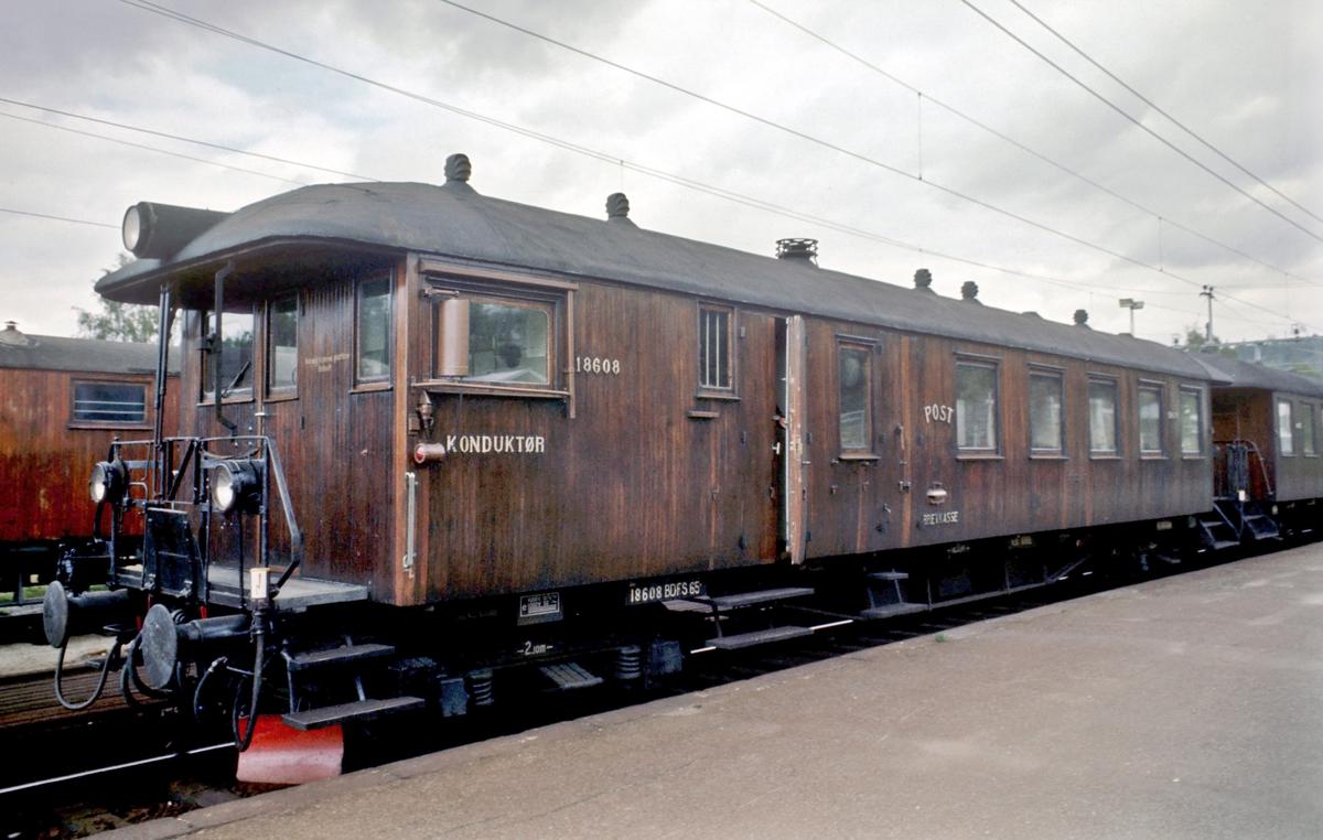 Styrevogn BFS 18608 pÅ KjelsÅs stasjon i lokaltog fra Hakadal.