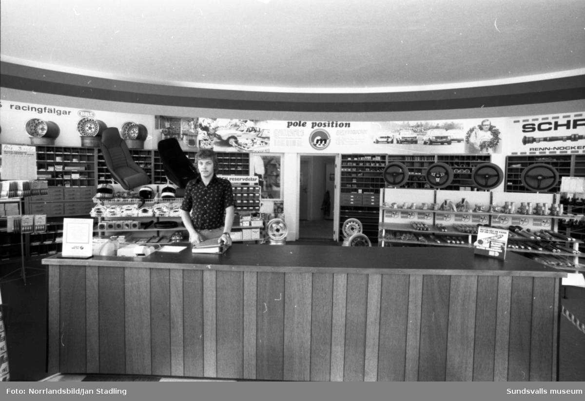 Interiörbilder från Motor Nords butik i hörnet av Köpmangatan-Nybrogatan.