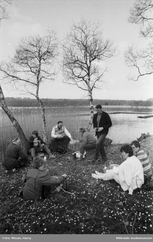 """Kållereds hembygdsförening anordnar sockenvandring runt Tulebosjön i Kållered, år 1985. """"Sockenvandrarna stannade till vid idylliska Tulebosjön för picknick i det gröna.""""  För mer information om bilden se under tilläggsinformation."""